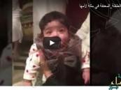 بالفيديو.. لحظة تسليم #الرضيعة_المعنفة بمكة لأمها