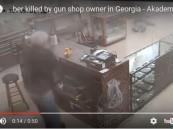 هل تملك جرأة صاحب هذا المتجر؟.. شاهد ماذا فعل بلصوص مسلحين!