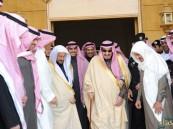 بالصور ..خادم الحرمين الشريفين يزور آل الشيخ ويعزيهم بفقيدهم