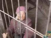 بالفيديو: إرضاءً لزوجته.. حبس أمه في قفص دون سرير لعدة سنوات!!
