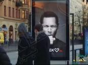 بالفيديو.. لوحة إعلانات غريبة تسعل بمجرد المرور بجانبها.. لماذا؟