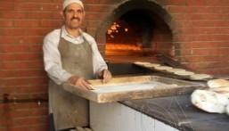 بالصور.. جماعة مسجد تحتفي بخباز قضى ٢٢ عاماً في الأحساء