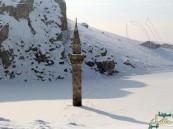 بالصور.. هذه قصة المئذنة التي لم تغطها الثلوج في تركيا