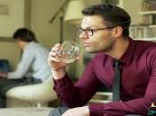 تعرف على فوائد شرب الماء جالساً!!