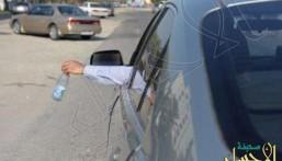 المرور: رمي النفايات من السيارة مخالفة.. وهذه غرامتها!
