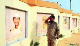 صورة مؤثرة لعسكري يقدم تحية لشقيقه الشهيد