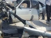 """بالصور.. """"سيارة"""" تخترق """"عامود إنارة"""" وتُصيب شخص على طريق """"الملك عبدالله"""" بالأحساء"""
