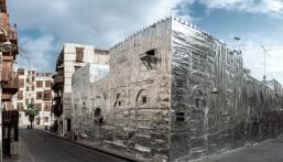 بالصور.. لماذا هذا البناء مغطى بالقصدير في جدة؟!