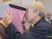 مفتي بماليزيا يقبّل جبين خادم الحرمين: شكراً لدفاعك عن الأمة