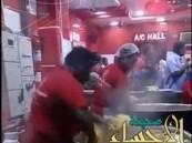 """بالفيديو… بسبب """"الكبسة"""" مطعم هندي يحضى بشهرة واسعة"""
