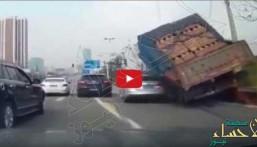 شاهد.. لحظة انقلاب شاحنة بحمولتها الثقيلة على سيارة خاصة !!