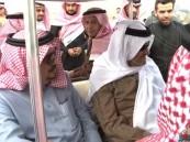 """بالفيديو.. """"سلطان بن سلمان"""" يمازح طياراً أمام أمير الرياض بالثمامة"""
