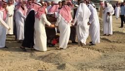 """بالصور… جمع غفير يودعون سعد """"المنقور"""" إلى مثواه الأخير بـ""""الصالحية"""""""