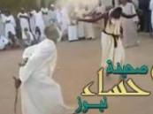 شاهد.. ضرب العريس بالسوط قبل زفافه في السودان!!