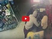 بالفيديو.. ملثمان ينفذان عملية سطو مسلح في القطيف