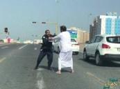 """بالفيديو.. صحف كويتية: رجل الأمن المعتدى عليه في العقيلة """"سعودي"""" !!"""