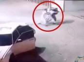 """بالفيديو.. اعتداء وحشي من 4 """"ملثمين"""" على رجل بمحطة وقود!!"""