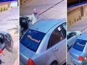 فيديو يوثق سرقة سيارة بعد خداع السائق بهذه الحيلة ومحاولة دهسه!