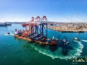 شاهد لحظة اصطدام سفينة بجدار ميناء جبل علي وسقوط رافعة ضخمة في دبي