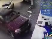 شاهد.. عامل كان يتصفح الجوال فجاءت سيارة لتدهسه في الحال !