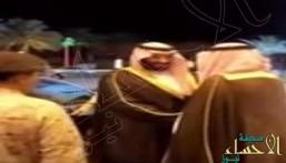 شاهد.. رد فعل الأمير محمد بن سلمان عند تقبيل مواطنين كتفه ويده