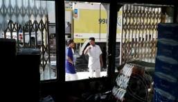 بالصور… ماس كهربائي يُضرم حريقاً في أحد المتاجر بالعيون !