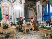 بالصور… خادم الحرمين يتناول الإفطار مع أئمة ومؤذني المسجد الحرام