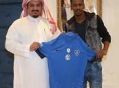بالصور .. مجلس إدارة نادي #الهلال يوقع مع لاعب #الوحدة مختار فلاتة