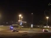 بالفيديو.. الشرطة تكشف: معتل نفسي يصيب اثنين في الأحساء .. ودوريات الأمن توقفه عند حده!!