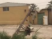 """بالصور.. سقوط """"أعمدة كهرباء"""" بسبب """"موجات الرياح"""" التي تضرب الأحساء"""