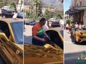 بالفيديو.. أمير سعودي يستعرض سيارته الفيراري المطلية بالذهب وسط ذهول المارة
