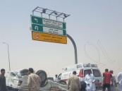 """بالصور.. انقلاب """"الميتسوبيشي"""" يصيب شخص ويصدم 3 سيارات !!"""