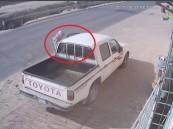 شاهد بالفيديو.. في الأحساء: سرقوا سيارته في ثوانٍ معدودة أثناء دخوله للبقالة !!