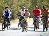 """شاهد.. الوليد بن طلال يتجول في شوارع """"بودروم"""" التركية بدراجة هوائية"""