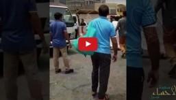 شاهد بالفيديو … شجّوا رأس موظف بمواقف الدمام !!