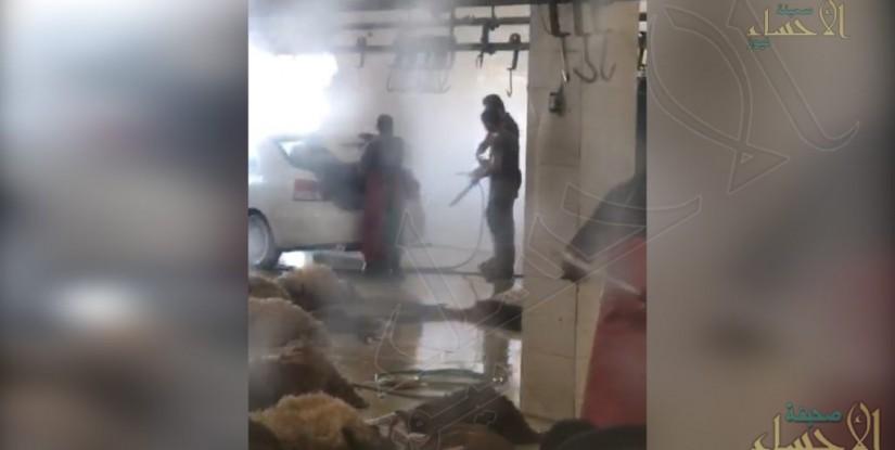 """شاهد قمة الاستهتار """"وافد"""" يغسل سيارته في مسلخ بين الذبائح في #الأحساء"""