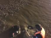 بالصور.. آثار أقدام صغيرة تقود إلى جثامين 3 أطفال أشقاء غرقوا في مياه الأمطار !!