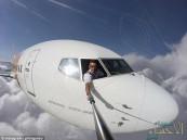 """شاهد.. طيار يخرج من نافذة طائرته لالتقاط """"سيلفي"""" ولكن """"نظاراته الشمسية"""" تفضحه!!"""