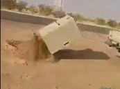 """بالفيديو..سائق يسحب بسيارته جهاز """"ساهر"""" ويخلعه عن الأرض !!"""