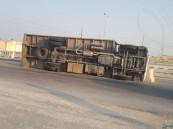 """بالصور.. انفجار الإطار يقلب شاحنة في """"تحويلة الغسانية"""" !!"""