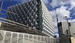 بالصور… هذه أغلى سفارة بالعالم: كلفتها مليار دولار وتحميها المياه !!