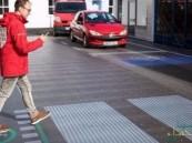 ممر مشاة ذكي يحذِّر مستخدمي الهواتف أثناء عبورهم الشارع
