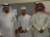 """طلاب متوسطة الملك عبد العزيز يُكرمون """"الحليو"""""""
