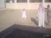 بالفيديو.. سعودي يحمل سكينًا ويهدد بذبح ابنه داخل مدرسة بضباء !!