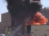بالصور… حريق ضخم يلتهم غرفة كهرباء بأحد أحياء الأحساء