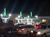 قبل ساعات من تطبيق الضريبة.. الزحام يسيطر على محطات الوقود والمتاجر بالأحساء