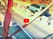 """شاهد.. كيف أوقف رجل أمن سيارة """"الحشيش الإيراني"""" بالقوة في جازان؟!"""
