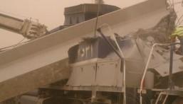 """شاهد: في الشرقية.. """"خرسانة جسر"""" تفاجئ """"قطار"""" بالسقوط وتشطره نصفين"""