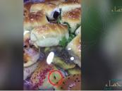 """بالفيديو في الأحساء: """"حشرة"""" تُفاجئ مواطن في """"متجر شهير"""" وهكذا حاولوا إغرائه للسكوت!!"""