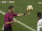 شاهد بالفيديو .. حكم إنجليزي يوقف مباراة الفتح والفيحاء في كأس الملك احتراما لأذان المغرب